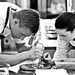 Køkkenchef på Holckenhavn Slot anretter tallerken