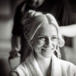 Brud bliver klargjort af frisør