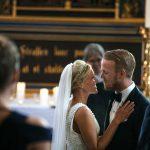Brudepar first kiss i slotskirken på Holckenhavn Slot