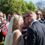 Bryllupsfotograf fotografere kyssende brudepar