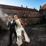 Brudepar i slotsgården på Holckenhavn Slot