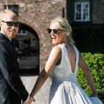 Norsk brudepar på vindebro på Holckenhavn Slot