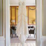 Brudekjole i døråbning