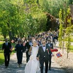Bryllupsgæster på vej mod flaghejsning