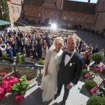 Fællesbillede fra hovedtrappen til bryllup på Holckenhavn Slot
