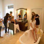 Klargøring af brud i badeværelse på Holckenhavn Slot