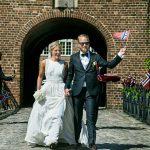 Norsk brudepar på vindebroen på Holckenhavn Slot