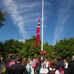 Flaghejsning af det norske flag til bryllup på Holckenhavn Slot