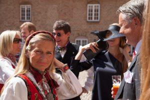 Dame i norsk nationaldragt til bryllup på Holckenhavn Slot