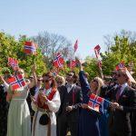 Norske bryllupsgæster på Holckenhavn Slot fejre nationaldag