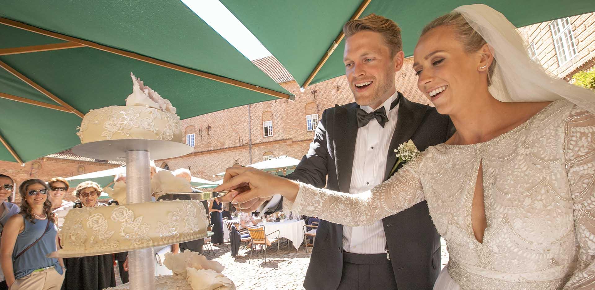 Bryllupskagen nydes i Holckenhavns slotsgaard